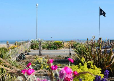 The garden with direct access to the beach